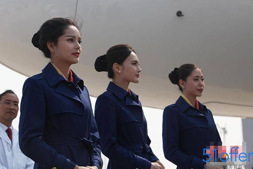 国产大飞机c919合作航空公司乘务员亮相