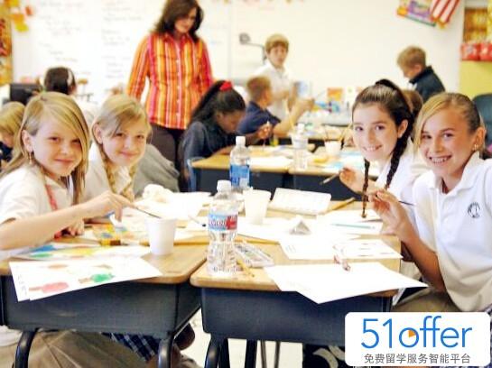 校园规则 美国人很重视时间观念,上课不允许迟到早退,或无故缺席。因为美国的课间休息时间很短,所以学生务必要抓紧时间赶到下一个教室上课。 学生若上课期间有事要出教室,例如去洗手间、为老师办事、到校医务室看病等,需得到老师的许可,拿到通行证方可出教室,若在走廊上被纠察员发现你没有通行证,将会受到处罚。 诚实是美国社会最基本的价值观,不诚实会就受到公众唾弃,任何形式的作弊在美国学校里都是严令禁止的,事实上,高中生们一般都不作弊,若学生被抓到剽窃、弄虚作假,或抄袭其他学生的作业,都会受到严厉的处分,甚至是开除。