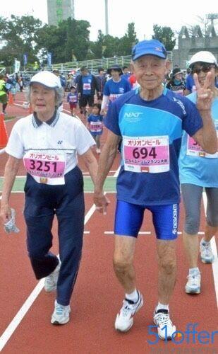 这对老人手牵手成功跑完全程