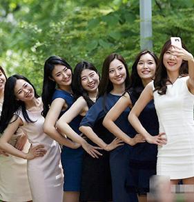 韩国梨花女大学生拍毕业照 超短裙长腿性感